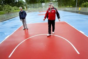 Bertil Paulsson, projektledare på kommunen, och Krister Lindmark är mycket nöjda med den nya basketplanen i Stadsparken.