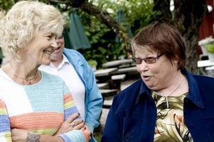 """Numer Amerikabo. Bea Husell-Gottfrid bor sedan 43 år i USA. Men hon besöker Gävle minst en gång per år, och Furuvik så ofta hon kan. Här är hon i samspråk med den före detta kollegan i Furuviksbarnen Elisabeth """"Lillan"""" Hägglund."""