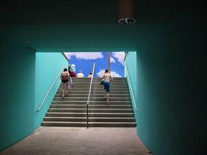 Den blå himlen lockar fram badlusten så fort man kommer ut från omklädningsutrymmena.