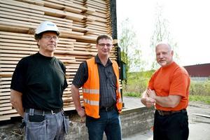 Bo Birath och Kurt Svensson är torktekniker på sågen. Produktionschefen Lars Fager är också glad över satsningen.