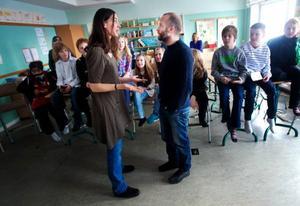 Femmorna på Fagervallsskolan var helt med på noterna när Harleen Sandelin och Jimmy Lindström bjöd in till interaktiv teater om livets stora och små dilemman. Foto: Håkan Luthman