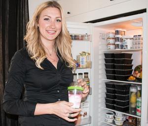 Sofia jobbar som inköpare och säljare på  Mälardalens Frukt och Grönt i Västerås på heltid. Hon har en hobbyverksamhet med lösögonfransar och så frilansar hon med mat. Bland annat har hon ett konto på Instagram och så har hon lagat mat på Nyhetsmorgon två gånger och gjort tv-reklam för ett viktminskningsföretag.