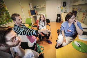 Love Brande, Daniel Ivarsson, Stina Ivarsson och Anna-Lena Fureman tittar på Stinas blodsockervärden sedan senaste besöket på Östersunds sjukhus.