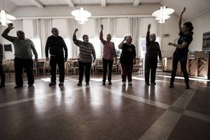 Tillsammans med koreografen Anna Källblad tränar Husumborna på dansoperan som ska framföras på gamla dansbanan i Orrvika i augusti.