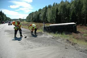 Brandmän städade vägen efter olyckan.