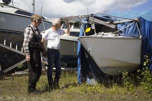 Per-Arne Åkerström, orförande i motorsällskapet, och Hans Melin, hamnansvarig, inspekterar en av de ägarlösa båtarna.