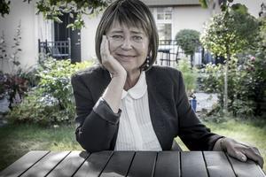 Karin Johannisson, författare och professor emeritus i idéhistoria vid Uppsala universitet. Här i sin trädgård.