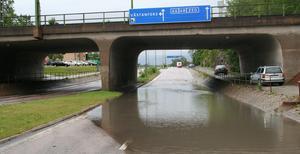 Vid järnvägsbron i Fagersta var det svårt att ta sig fram på fredagsmorgonen. Bilar fick köra på gångvägen för att inte fastna i vattenmassorna på riksväg 68.