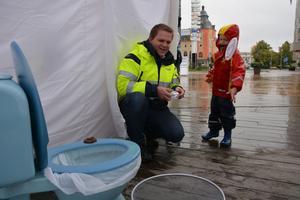 Enar Calla, fem år, får många rätt av Lars Westberg, Miva, när han väljer om bomullstops, våtservetter, cigarettfimpar och bajs ska kastas i sopkorgen eller i toaletten.