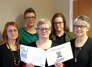 Socialsekreterare som trivs med sina jobb vid Kramfors kommuns individ- och familjeomsorg. Åsa Harnesk, Sara Wedin, Carina Eriksson, chef vuxenenheten, Therese Eriksson och Lena Vestin.