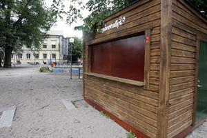Fikapaus. I lördags efter lunch var det visserligen stängt men annars har fiket i Stadsparken öppet hela sommaren under soliga dagar. Det ligger mellan Storbron och den nya lekparken.