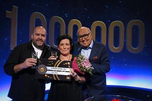 På bilden ses en glad Kicki Andersson tillsammans med sin sambo Johan Nyström och Ingvar Oldsberg.