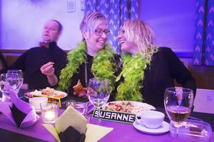 Jessica Arell och Susanne Karlsson har piffat till sig för kvällen.