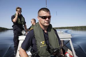 Kommendörkapten Bengt-Ivar Rådström, främst i bilden, har aldrig hört talas om att soldater kör utan förarbevis.
