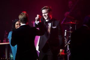 Lars Sjöblom möts av stående ovationer från publiken och tackas av de andra artiserna.