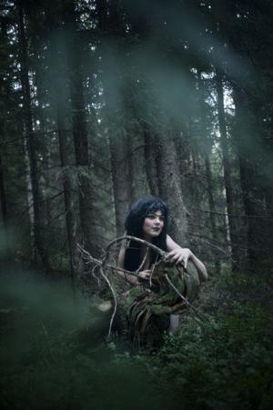 Skogsrå, eller Huldra, är en kvinna som råder över skogen. Hon är vacker på framsidan, men baksidan ser ut som en rutten trädstam.