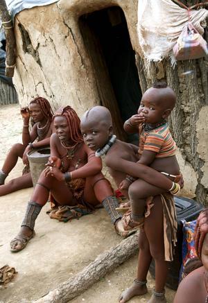 Himbastammen är ett nomadfolk som lever i den äldsta öknen i världen. I byn Kamanjab möter vi Uatongota som är insmord med ockra, aska och fett för att göra sig vacker. Huden glänser röd och smälter ihop med den röda jorden. Färgen är inte bara ett skönhetsmedel utan också ett fungerande solskydd.   Foto: Jörgen Ulvsgärd