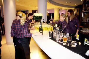 Hotel Plazas personal häller upp bubbel till den festliga galan