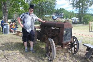 Matthias Wiklund med Ullångers äldsta traktor, en Fordson från 1925.