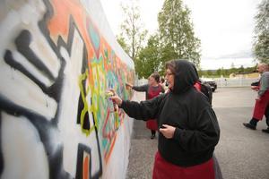Pensionärer i Boden målar graffiti med den sydafrikanske konstnären Breeze Yoko som kursledare.