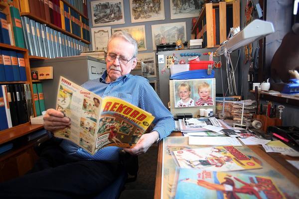 Leif Boman med ett nummer av Rekordmagasinet i nyskick. Exemplaret var första numret som kom 1942. Leif saknar nummer tre 1943 annars har han alla nummer mellan 1942 till 1969.