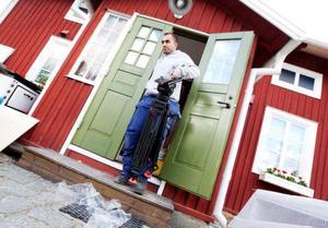 Det är mycket spring i dörrarna när TV4:s bygglov spelar in i Östersund. Det tar fyra dagar att få ordning på renoveringsobjektet. Foto: Håkan Luthman