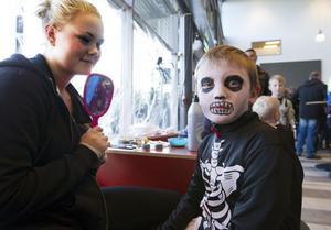 William Andersson fick hjälp av Linda Eriksson att måla sig till skelett i ansiktet.