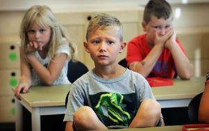 Spänd förväntan vid skolstarten i Kvarnsvedens skola. Foto: Staffan Björklund