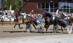 Uggla i Mossen och Örjan Kihlström, utvändigt med nummer 2, avgör i Kriteriestoet för kallblod på Dannero.
