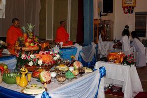 Munkarna Prisadang Weralest och Klanajong kom från Göteborg för att delta i ceremonin. Det var mot dem som besökarnas uppmärksamhet riktades.