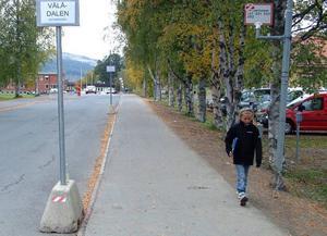 De provisoriska trafikhindren och skyltarna ska bort till förmån för ett riktigt resecentrum med säkra hållplatser vid Racklöfska skolan/Åre gymnasieskola i Järpen. I går gav kommunstyrelsen klartecken för bygget.Foto: Elisabet Rydell-Janson