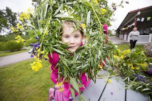Lovis Fredriksson, 5 år, går på Herrgårdens förskola i Gävle. Tillsammans har barnen lövat midsommarstången. Lovis har gjort en krans helt på egen hand.