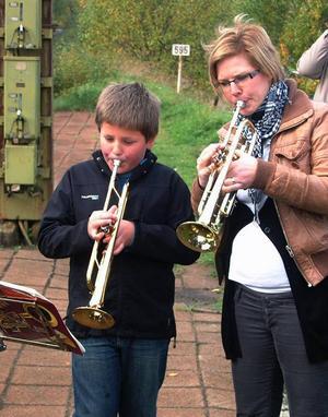 Albin Alf och Lina Johansson stod för trumpetfanfaren på stationen.