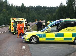 Den skadade kvinnan förs till sjukhus efter olyckan på riksväg 84.