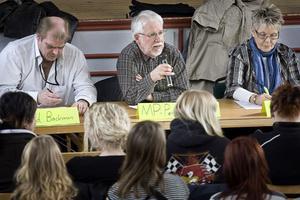 Per-Olof Åberg (MP) fick försvara vargen i en stundtals het debatt. Bredvid honom satt Roland Bäckman (S) och Evy Degerman (C).