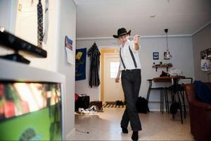 """Henrik Eriksson övar på dansstegen hemma i lägenheten i Ås. 2 januari tävlar han i VM i linedance i Tyskland."""" Jag är så redo som man bara kan bli"""", säger han."""
