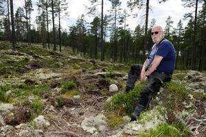 Sören Landenberg på tomtområdet i Storbo.