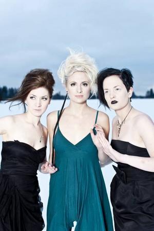 Emma Sjöberg, Elin Lindfors och Anna–Karin Berglund i Twiggy Frostbite undervisade ungdomar i pop på Hultsfredsfestivalen.