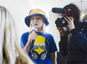Lilja Salling och Celine Sedendahl agerar tv-team för att få reda på vad folk på Verkstäderna tycker om potatis.