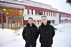 MÖTER ELEVERNA. Ali Reikki och Håkan Åkerblom är räddningstjänstens ögon och öron in i skolorna. De tar samtalen med eleverna som har tänt på någonting.