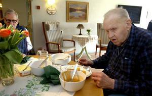 –Uj ja, uj, ja. Maten har blivit mycket bättre sedan Storåskolan började laga åt oss, säger Einar Högman på Ågården i Lindesberg.