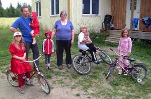 Keren, Jonas, Helena, Kevin, Rachel, Joel, Arvid och Sofia Nise lämnar sitt torp i Borgänge och flyttar till Robertsfors, där de köpt ett lantbruk.