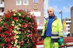 Helena Magnusson har inte feriepraktik men jobbar som sommarvikarie på kommunen med att vattna blommor.
