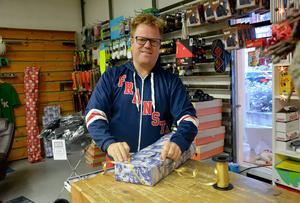 Hasse Karlsson som driver butiken Inte bara sport i Fränsta hoppas att han får slå in fler klappar i butiken nu när kunderna erbjuds att handla under veckans alla dagar.