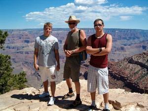 STORT. Andreas, Sewed och Kim Wahlman bredvid Grand Canyons magnifika dalar.