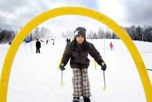 HINDERBANA. Roja Andersson, Björksätraskolan, åker inte skidor för första gången och tycker inte att det är så svårt heller. Förutom när man ska stanna.