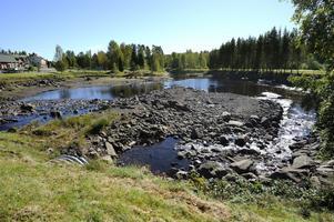 Sågån uppströms yllefabriken i Sågmyra är nästan vattentom då slutfasen i ombyggnaden av kraftverken nedströms fabriken ska kunna slutföras