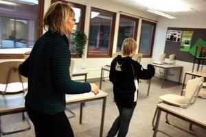 David Svensson på väg för att visa mamma Kerstin Sonesson Svensson grupparbetet som han gjort med sina klasskamrater.
