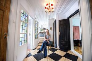 Jennie och Jon Moraeus har skapat en egen stil i 1850-talshuset i Domsjö – och Jennies Instagramkonto Elfvinggården har över 13 000 följare.
