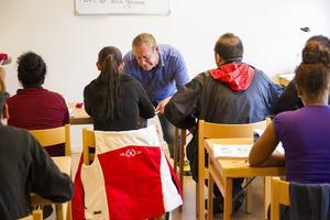 Lennart Djeerf hjälper eleverna med svenskan.